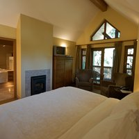Hemlock Room - King bed, fireplace, jacuzzi, balcony